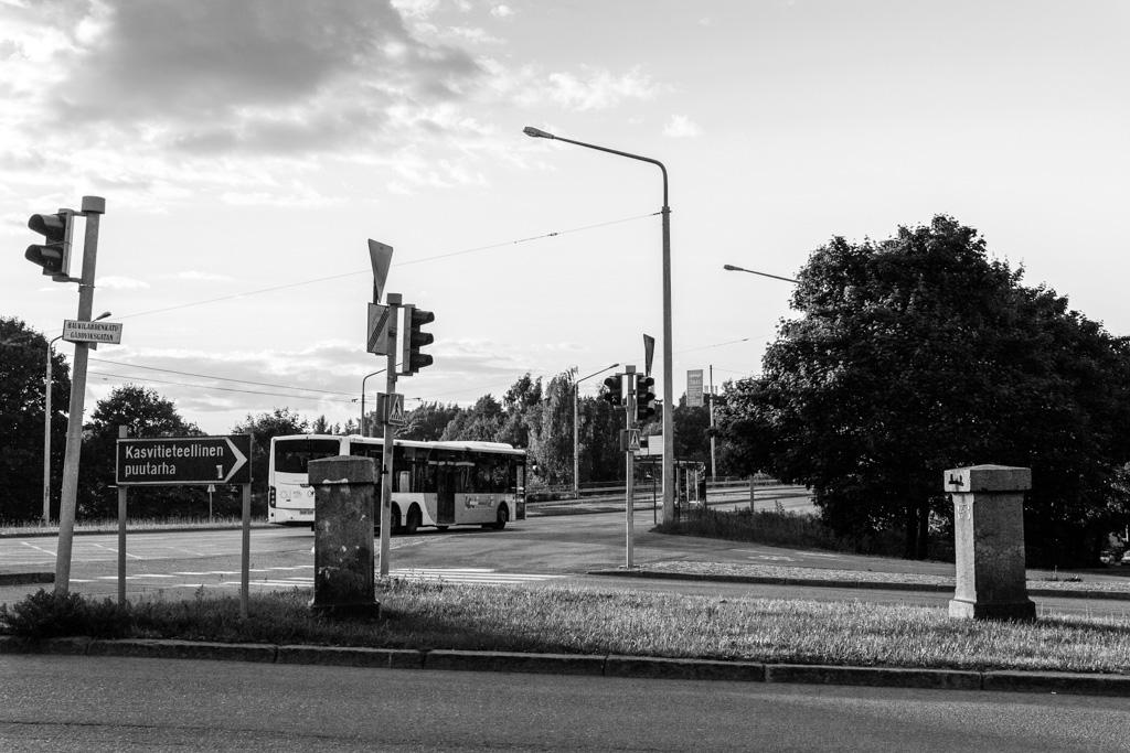 Kivipylväät Hämeentien ja Haukilahdentien risteyksessä
