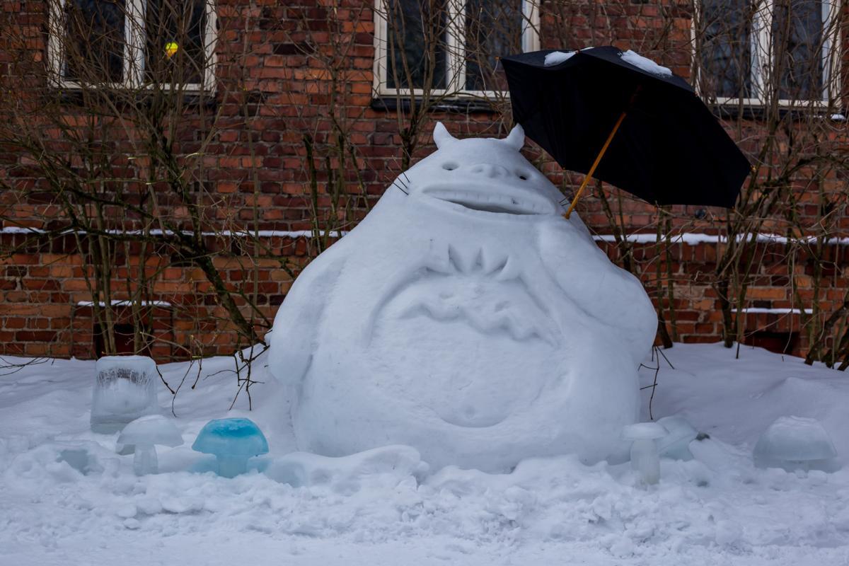 Naapurini Totoro lumiveistos Saarenkadulla
